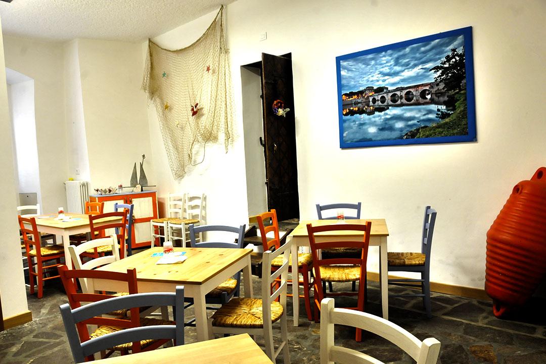 Un angolo di Romagna ritagliato tra le volte e i pavimenti di un edificio situato nel centro storico di Malé, capoluogo della Val di Sole. Un incontro di mondi che si esprime nei colori del mare e nella calda semplicità della montagna. Un ambiente unico, una sintesi pulita e fresca di mare e monti, il luogo ideale per gustare i sapori della Romagna tra le mura del Trentino.